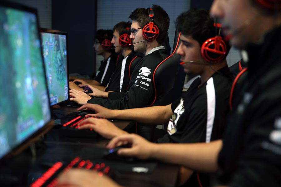 Austin Stadler, center, of Robert Morris University's varsity video gaming team, practices in Chicago on Monday, Oct. 13, 2014, in advance of their first competition. Terrence Antonio James/Chicago Tribune/TNS