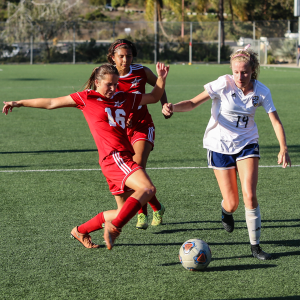 Palomar women's center Katelyn Jimenez in position to take the ball from the opponents team. Oct 24 at Minkoff Field. Larie Tobias Chairul/The Telescope